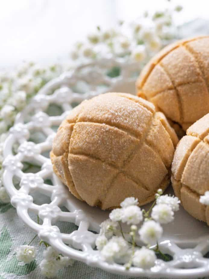 Melon bread on a white plate decorated with flowers.